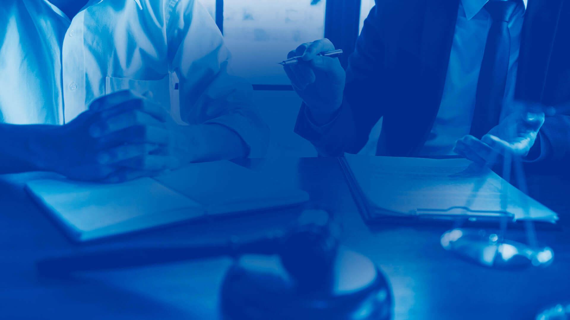 Mesa com papéis, filtro azul