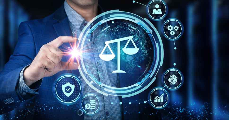 Gestor de uma LegalTechs toca no símbolo do direito